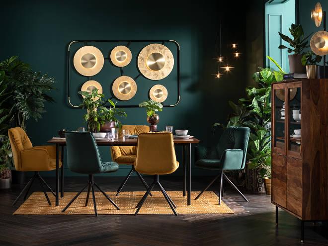 dänische designmöbel: Ravello Tisch und Vitrinenschrank, Wandleuchte Disc