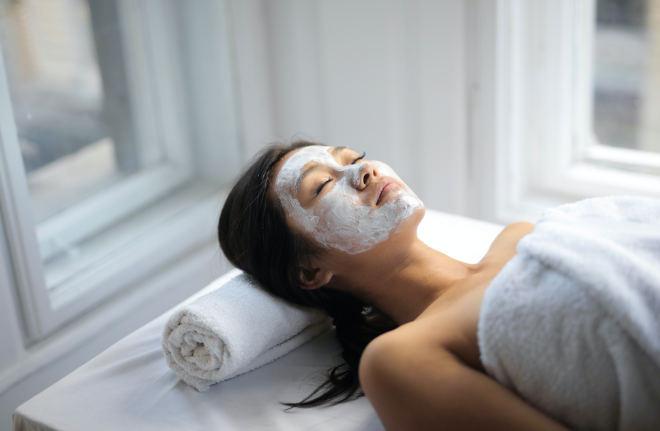 Hyaluron-Cremes und -Masken schützen und bewahren die Haut vor Feuchtigkeitsverlusten.
