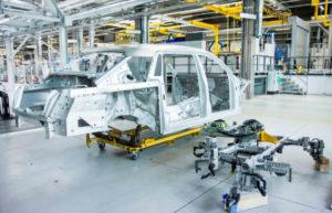 Die Karosserie aus Aluminium in Space-Frame-Bauweise wird von Hand zusammengeschweißt und dann gut verpackt nach Goodwood in England geliefert, wo sie lackiert wird. Foto: obx-news/Rolls-Royce Motor Cars