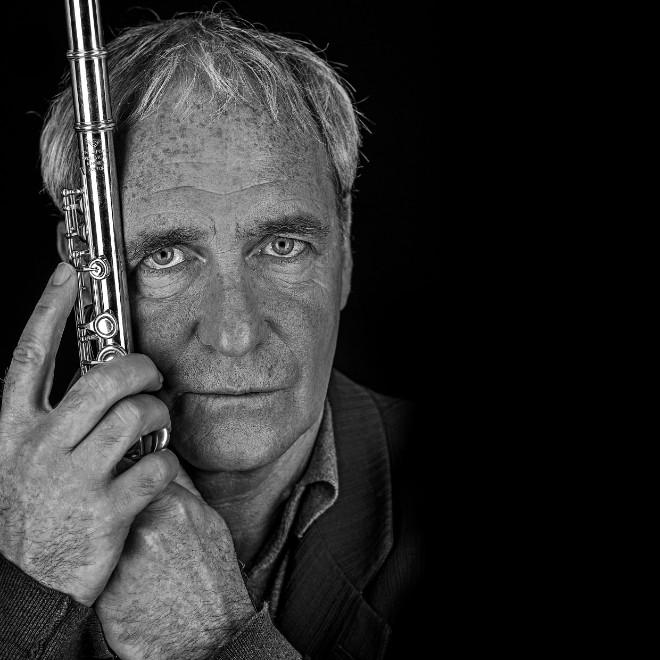 Schauspieler August Zirner spielt Querflöte. Als Instrument kommt diese im Jazz, in der Rockmusik oder in der lateinamerikanischen Musik zum Einsatz. Fotocredit: Jürgen Spachmann