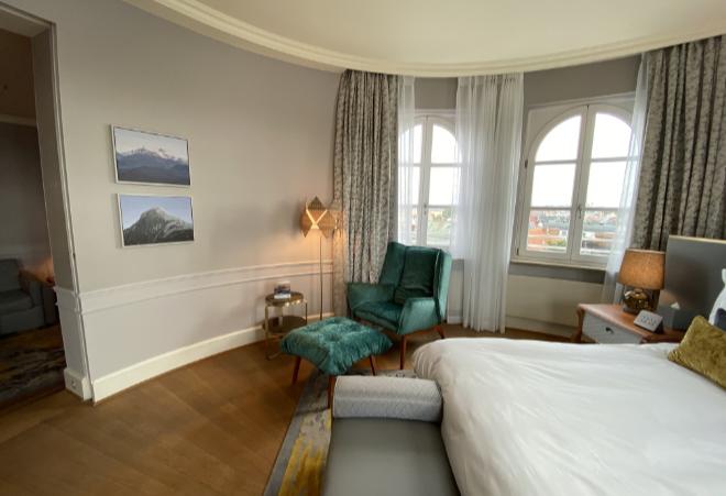 Gleich zwei Kunstwerke von Felix Rehfeld hängen in der 'Bavaria Suite' vom Mandarin Oriental Münchenan der Wand