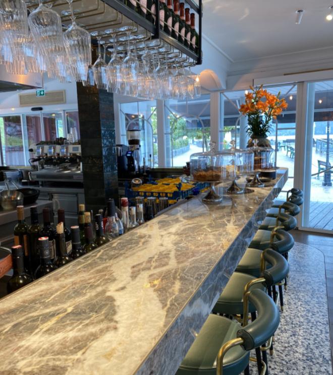 Der neue Bar-Bereich im neuen Clubhaus Bachmair Weissach in Tegernsee.