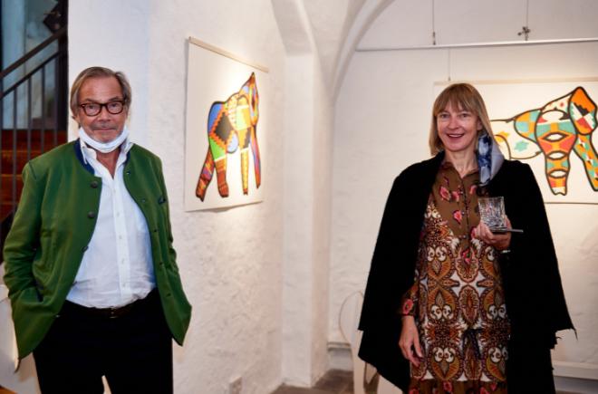 Unternehmer und Kunstförderer Didier Guillon zeigt Yvonne Wirsing (ExklusivMünchen) mit Corona-Sicherheits-Abstand die über 20 Kunstwerke im 'La Maison Valmont'