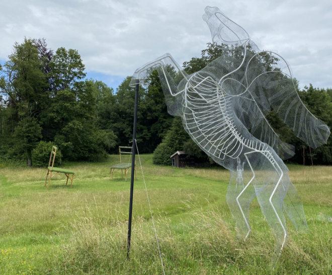 Überlebensgroßes Draht-Pferd von Stefanie Speermann. Im Hintergrund: Die überlebensgroßen Stühle wurden von Bettina und Heinrich Bunzel aus München 'begrünt'.
