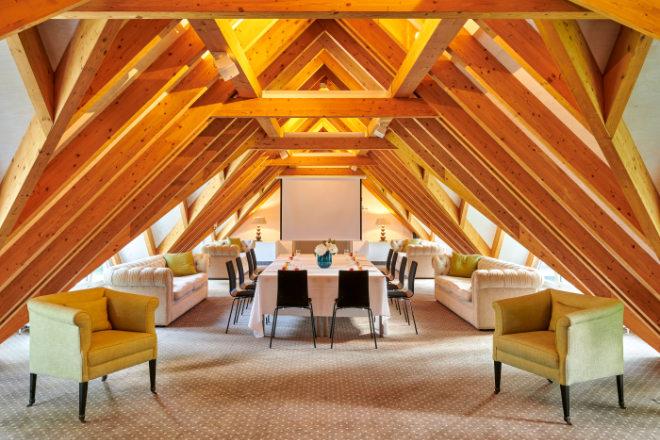 Ob QiGong-Session, Bibliothek oder Tagungsraum: Unter den natürlichen Holzgauben finden auf 120 Quadratmeter bis zu 40 Teilnehmer Platz.