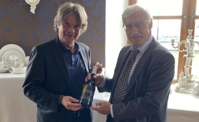 Feinkost-Unternehmer Michael Käfer mit S.K.H. Prinz Luitpold von Bayern trafen sich im Blauen Privatsalon der Porzellanmanufaktur Nymphenburg zur Präsentation den ersten Weines der Royal Wine Selection.