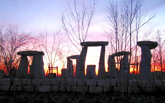 In mehrmonatiger Bauzeit hat der Landschaftsgärtner Werner Wick den inneren Kreis der Steinmonumente von Stonehenge nachgebaut. Nicht weniger als 63 Tonnen wiegt der schwerste der Granitblöcke. Foto: obx-news/Werner Wick