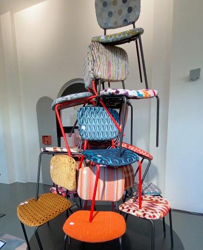 Textildesigner Pascal Walter zeigt, wie Stoffe einen Stuhl verändern können.