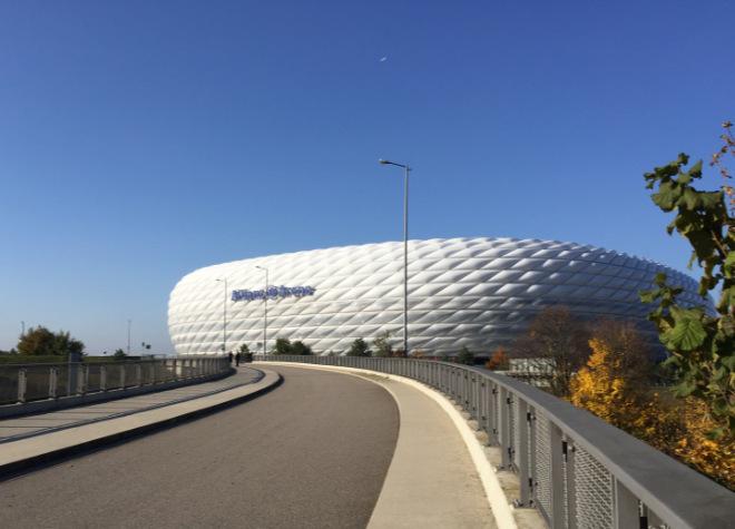 Die Allianz-Arena färbt sich ROT, wenn ein FC Bayern - Spiel ist und erstrahlt in BLAU, wenn 1860 München Fussball spielt.
