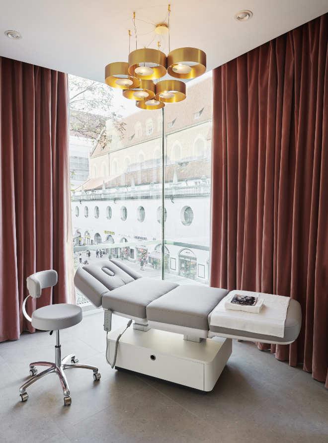 Beauty-Behandlung mit Blick auf die Kaufinger Straße! Fotocredit: Lazy GmbH
