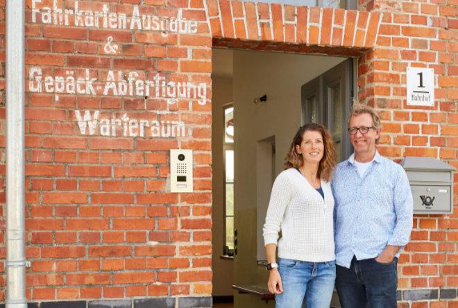 Gunter Ehe und seine Lebensgefährtin Karsta Schütte revitalisierten den 130 Jahre alten Landbahnhof und holten sich in der KFW Bauen Award Kategorie Bestand den zweiten Platz. Fotocredit: