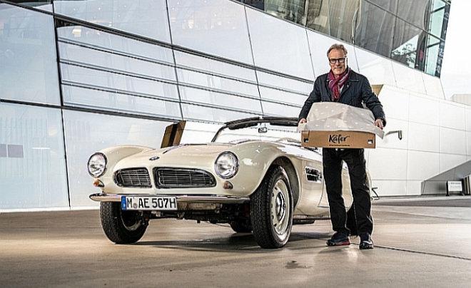 Sterneküche to go: Das Los entscheidet darüber, welcher Gast die exquisite Lieferung per Bobby Bräuer im Oldtimer der BMW Group Classic zu Hause in Empfang nehmen darf.