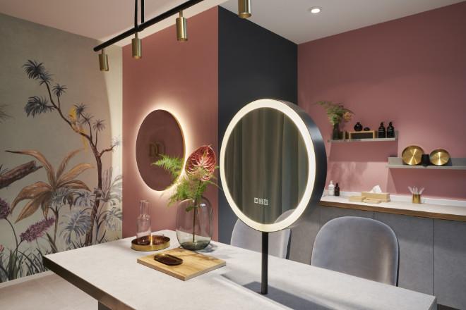 Auch der Innovation-Flagship-Store verfügt über den beliebten Douglas Beauty Mirror als digitales Test-Tool, das dekorative Kosmetik dank Augmented-Reality-Technologie im eigenen Gesicht zeigt.