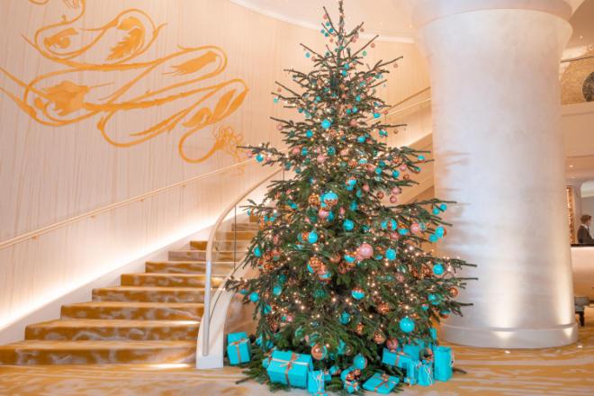 In Kooperation mit Tiffany & Co. erstrahlt der Weihnachtsbaum im typischen Tiffany Blau mit Akzenten in Roségold.
