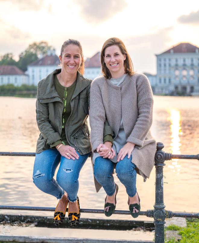 Ein perfekter Frauen-Schuh ist eine Wissenschaft für sich! Isabelle Schütte (li.) und Amelie Thyssen (re.) haben den 'Tasselloafer und Boots-Code' definitiv geknackt ! Fotocredit: belle amie