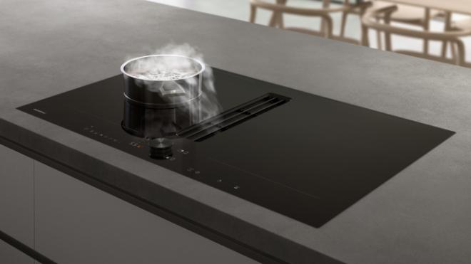 Geräuscharm und effizient. Die in das Flex Induktionskochfeld flächenbündig integrierte Lüftung saugt Kochdünste und Gerüche leise und effektiv direkt an der Kochfläche ab. Foto: © Gaggenau