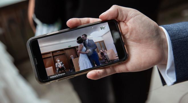 Hochzeit im Livestream: plazz Mitarbeiter nutzte die firmeneigene Mitarbeiter-App, um Gäste virtuell bei der Trauung teilhaben zu lassen. Fotocredit: privat
