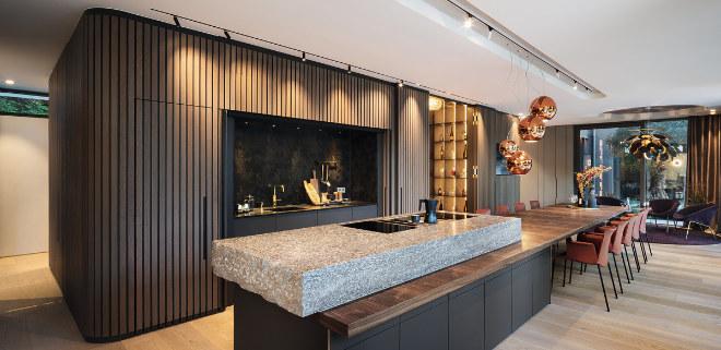 In der Küche sticht die Arbeitsplatte aus massivem Muschelkalk ins Auge. Fotocredit: WeberHaus