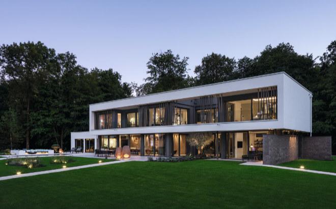Die Villa steht in der World of Living von WeberHaus