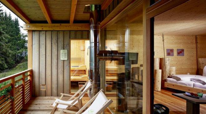 """Neue """"In-room-Wellness """"-Konzepte bringen die Sauna vom allgemein genutzten Wellnessbereich in das eigene Hotelzimmer. """"In-room"""" muss aber nicht zwangsläufig im Inneren sein. In der Forsthofalm in Leogang ist Saunieren auf dem Balkon der privaten Suite mit traumhaften Blick in die Natur möglich (Suite Secret Forest). Fotocredit: Huber Fotografie"""
