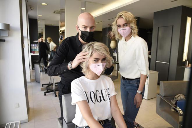 Friseurneustart nach Lockdown: Friseur Stefan Pauli verschönert gleich Nina und Julia Meise. Fotocredit: Geisler Fotopress/Steffi Adam