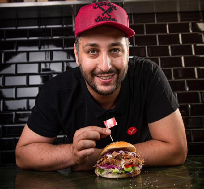 Fotocredit Hans Kebab Cihan Anadologlu zeigt einen seiner Premium-Burger!