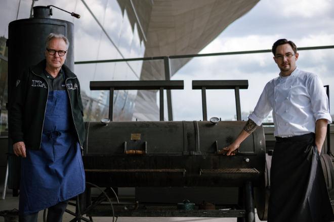 Bobby Bräuer (EssZimmer) und Dominik Kreuzig (Bavarie) eröffnen mit dem Smoker in der BMW Welt die BBQ-Saison! Fotocredit: BMW AG