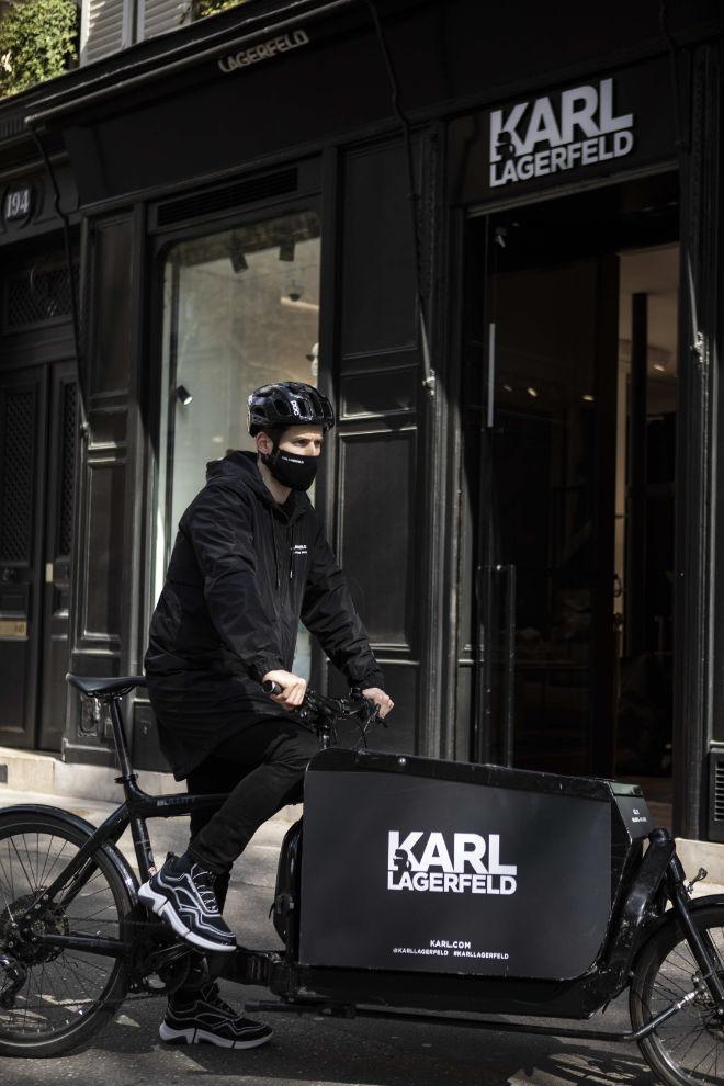 Getreu dem Motto #supportyourlocal bietet Karl Lagerfeld in der kommenden Woche vom 26. April bis zum 30. April die Option, dass der Kunde im Store in München bequem von zu Hause einen virtuellen Shoppingtermin per WhatsApp oder Mail ausmachen kann und dann die bestellen Looks umweltfreundlich per Fahrradkurier am selben Tag noch zugeschickt bekommt. So muss auch trotz der aktuellen Situation auf das Shoppingerlebnis nicht verzichtet werden.