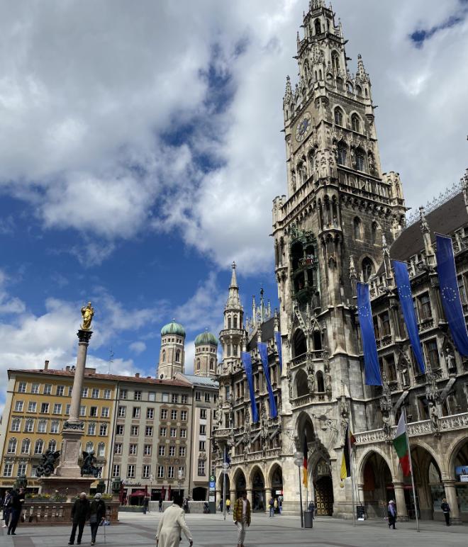 Durch die Pandemie wirkt der Marienplatz schon fast leer. Normalerweise fotografieren hier die vielen Touristen das Rathaus mit dem Glockenspiel und die Mariensäule. Fotocredit: EM