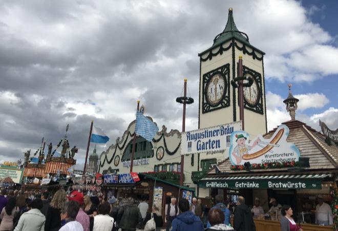 Die große Hauptstraße der großen Wiesn-Zelte gibt es natürlich nur beim Original der Volksfeste. Fotocredit: EM