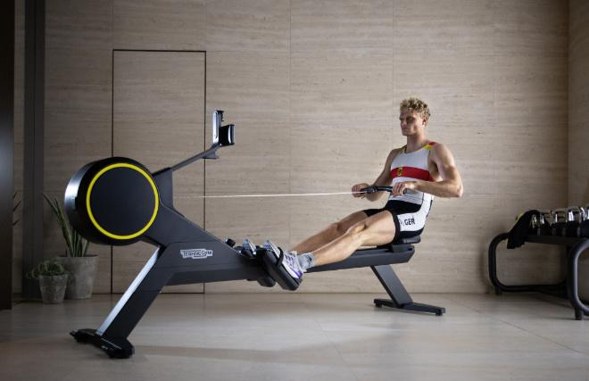 Rudersport-Profi Oliver Zeidler auf seinem Rudergerät. Fotocredit: Technogym