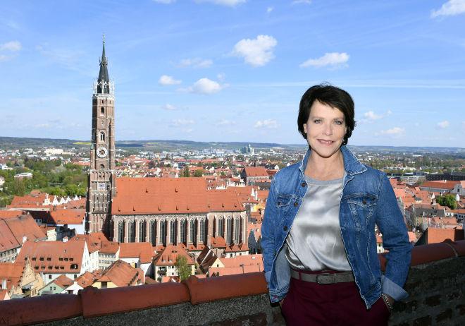 Janina Hartwig auf der Terrasse von Burg Trausnitz mit Blick auf die Stadt Landshut und der Martinskirche. Fotocredit: Agentur Schneider-Press/ W.Breiteneicher