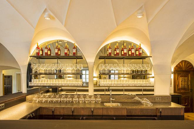 Moderne Bar unter restaurierten Gewölbe im Restaurant Berggericht. Fotocredit: