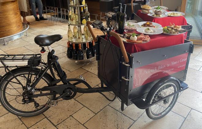 Die Lasten-e-Fahrräder gibt es ab einer Bestellung von 150€ kostenlos, darunter gegen eine kleine Gebühr - und empfohlen wird für den Fahrer eine Privathaftpflicht-Versicherung sowie das Angebot an alkoholfreien Weinen, für alle Fälle …
