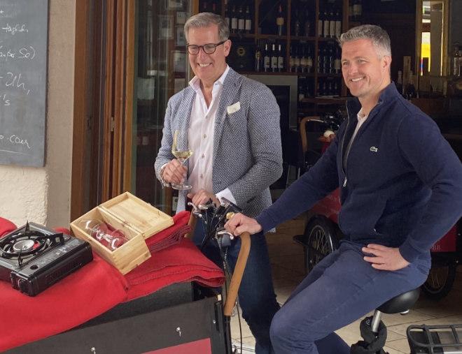 Der Münchner Vino e Gusto Gastronom Guido Prick stellte gemeinsam mit Ex-Rennfahrer und Neu-Winzer Ralf Schumacher die elektrischen Lastenfahrräder mit komplettem Picknick-Paket vor.