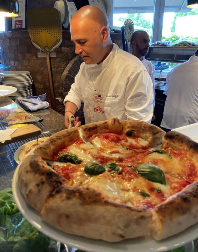 Das Mehl entscheidet über eine Low Carb Pizza. Hier schneidet Luciano Sorbillo die Pizza mit Schere, was wohl in Italien Gang und Gäbe ist. Fotocredit: EM