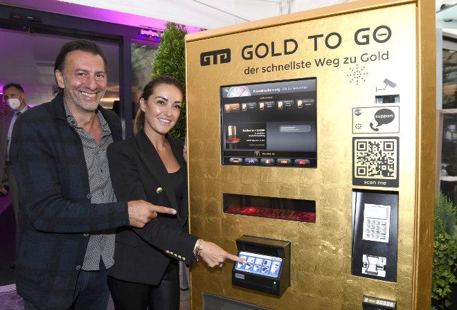 Goldbarren Automat - H'ugo's Wirt Ugo Crocamo mit Freundin Melanie Fischer am neuen Gold to go-Automat. Fotocredit: Agentur Schneider-Press/Frank Rollitz