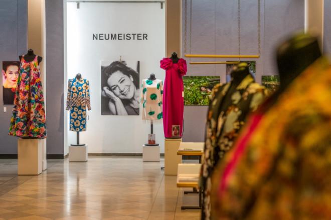 SHE X YOU - Sonderauktion Hannelore Elsner bei Neumeister Fine Art Auctioneers; im Bild: der Saal, Fotocredit: Astrid Eckert