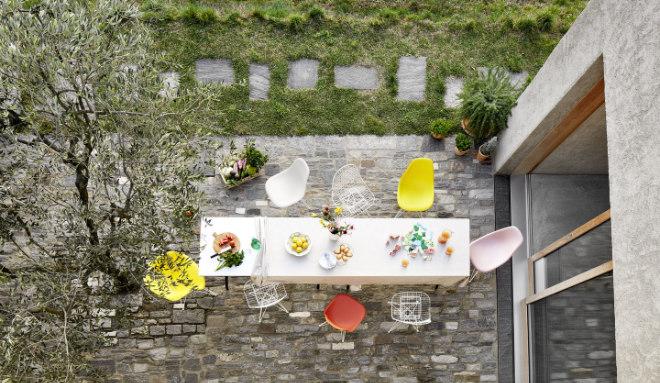 Zur Vitra Home Collection gehören auch die Eames Chairs für unterschiedlichste Umgebungen – von Terrassen und Gärten, über Ess- und Wohnzimmer bis hin zum Homeoffice. © Vitra International AG