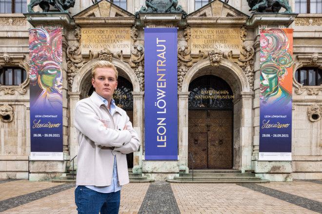 Künstler Leon Löwentraut vor dem Bayerisches Nationalmuseum in München. Fotocredit: Sebastian Drüen