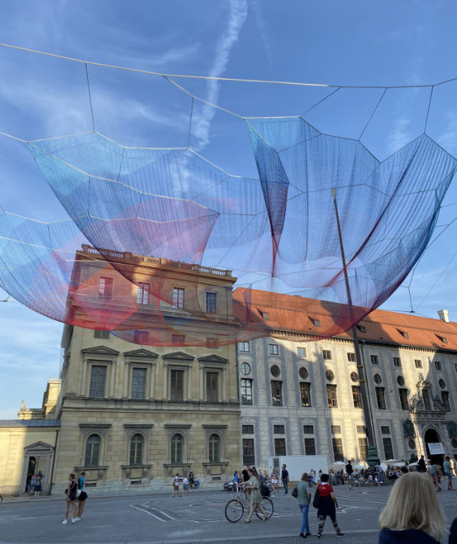 Die Kunstinstallation 'Earthtime 1.26 Munich' ist rund 24 Meter lang