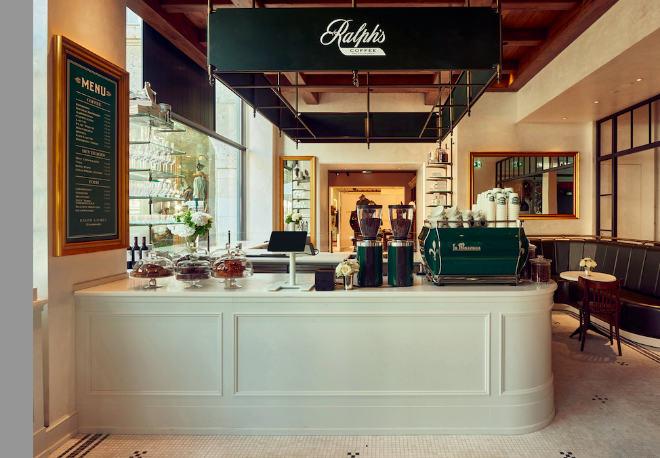 Ralph Lauren's charakteristisches Grün mit Marmormosaikböden, gepaart mit Vintage-inspirierten Cafésitzen und Bistro-Tischen aus Marmor und Eisen bringt cosmopolitischen Flair nach München.