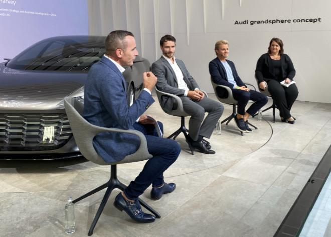 Audi hat sich auf seinen Open Space-Stand Talkgäste eingeladen: v.l.n.r. Henrik Wenders (Leiter Marke Audi) mit Felix Neureuther (Audi Markenbotschafter), Nico Rosberg wurde als Nachhaltigkeitsunternehmer vorgestellt und Jacquiline Harvey (Audi China).