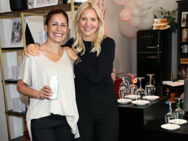 Moderatorin Funda Vanroy mit BeautifulScents Gründerin Stefanie Wirnshofer im neuen Concept-Store Quartier Rudigier. Fotocredit: Gisela Schober/Getty Image