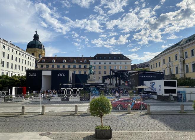 Der Wittelsbacher Platz in der Altstadt von München wurde von Audi und Porsche bespielt. Fotocredit: EM