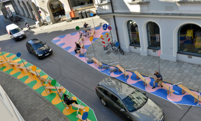 Auf 150 qm bemalter Straßenfläche sowie innovativen Fahrradbügeln und Sitzbänken soll man ein erstes Gefühl zur Initiative 'Autofreie Altstadt' der Landeshauptstadt München bekommen. Fotocredit: Astrid Schmidbauer