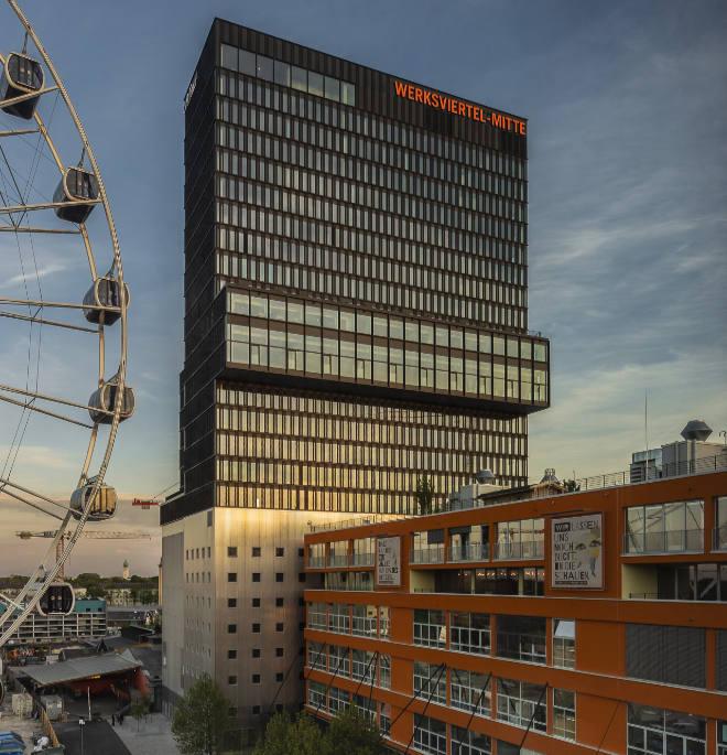 Die Stockwerke 9 bis 24 gehören zum Adina München Hotel. Alle Zimmer im Stockwerk 16 haben jeweils eine kleine Terrasse. 2022 wird noch das Rooftop eröffnet.