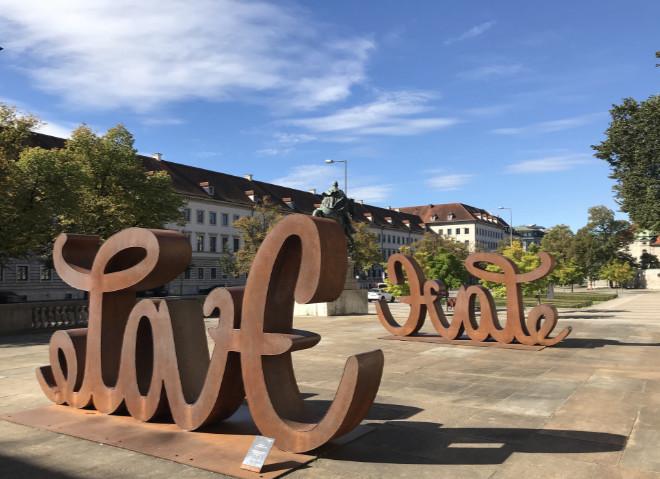 Riversurfer sind in der Prinregentenstraße zwischen Haus der Kunst und Bayerisches Nationalmuseum