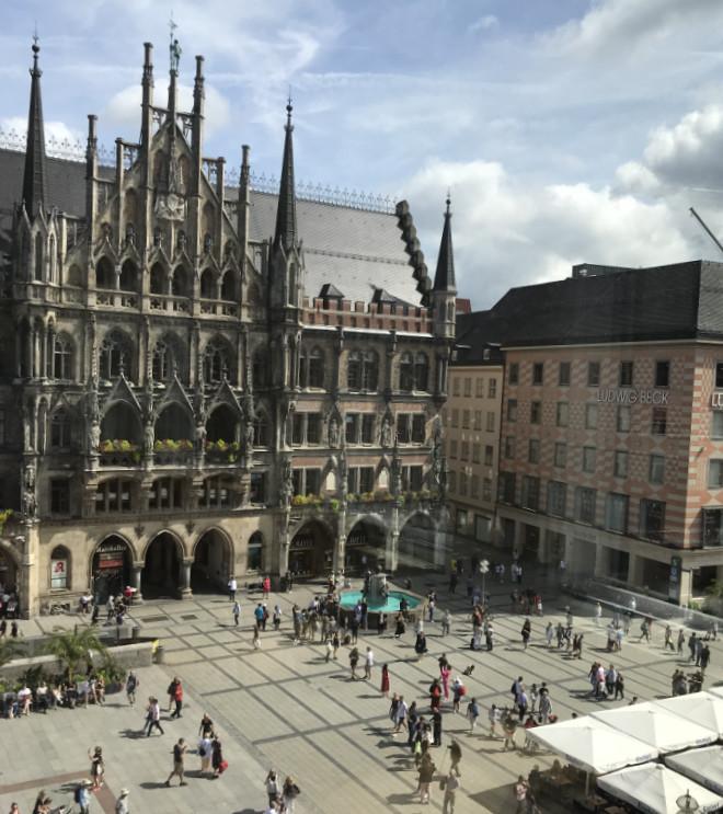 Wer auf den legendären Rathaus-Balkon am Marienplatz sehen kann, ist mitten in der Altstadt von München.