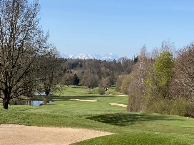 An manchen Tagen spielt man im Golfclub Riedhof Golf mit Alpenblick!